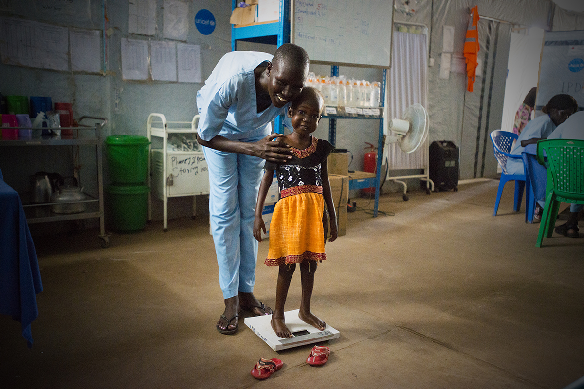 Der er gået 8 dage, og Nyajime er kommet op og stå - svag, men stående. Hun bliver fulgt tæt af personalet for at sikre, der ikke sker tilbagefald.© UNICEF/UNI201750/Rich