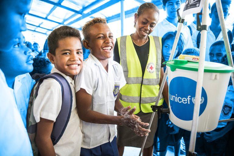Når vi hjælper børn ude i felten samarbejder vi med andre nødhjælpsorganisationer. Her er det UNICEF og Røde Kors, der lærer børn om håndvask og sæbe på Salomonøerne. © UNICEF/UN074424/UNICEF/UN062235/Sokhin