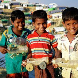 Tre drenge i en flygtningelejr i Bangladesh har lavet deres eget legetøj. © UNICEF/UN0161866/Sujan