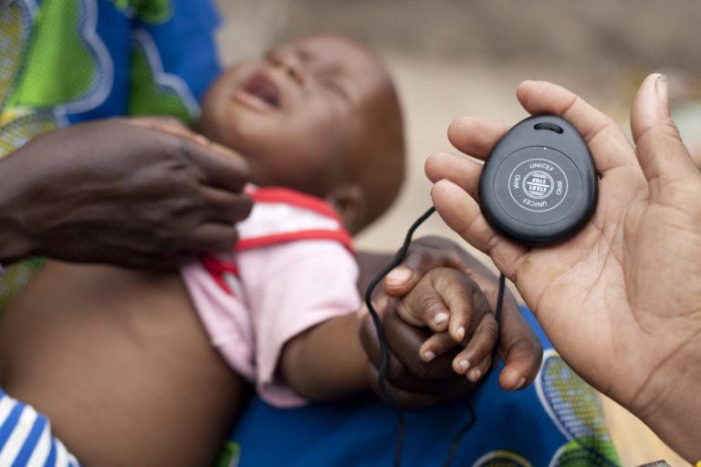 Barn måles med timer for at se om det har lungebetændelse