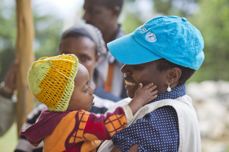 UNICEF-medarbejder i Etiopien i kontakt med dem, det hele handler om - børnene. © UNICEF/UNI146252/Ose