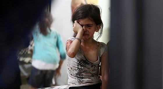 Syrisk pige græder bomber