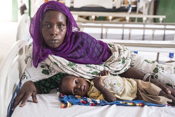 """Fatime Choukou, 30 og Yande Kane, 1, internt fordrevne i Tchad: """"Vi plejede at spise fisk og frugt hver dag hjemme på øerne. Nu har jeg kun korn. Jeg har ingen mælk tilbage til min baby og har haft det skidt, siden vi flygtede fra Boko Haram. Vi har mistet alt, og jeg kan ikke lade være med at tænke på det hele tiden."""""""