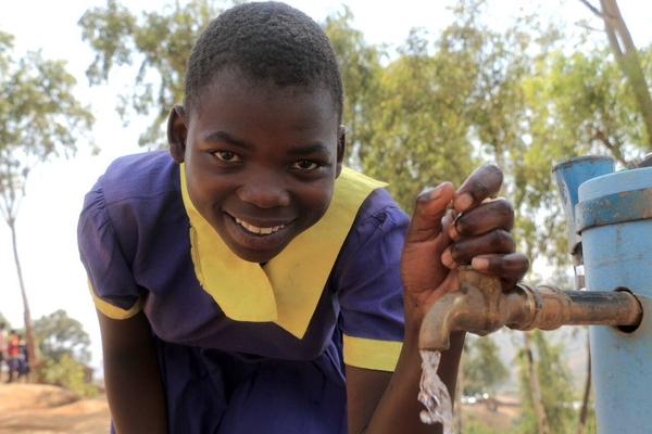 Lucy er en af de mange piger, som har fået gavn af UNICEFs arbejde med at installere vand og sanitet på skolerne.