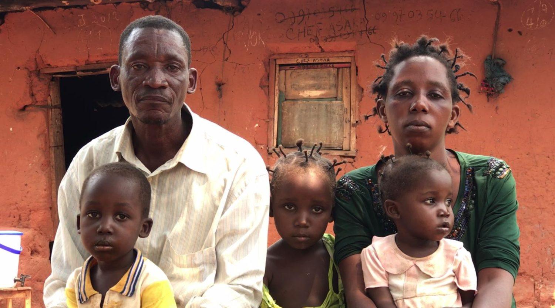 Her sidder Tshitoka og Lufu med deres tre børn. Da konflikten begyndte, havde de fire børn.