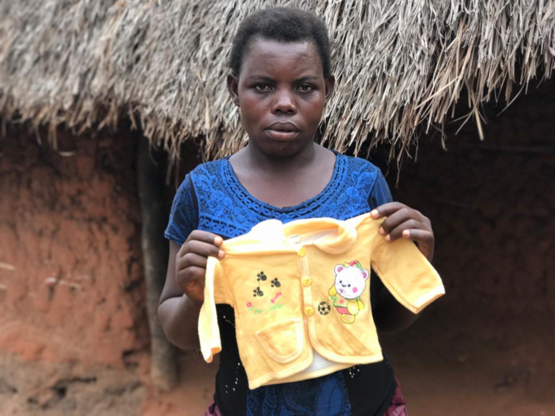 Monique viser en trøje frem, der tilhørte hendes spædbarn.