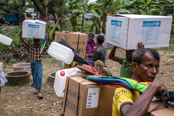 Rohinghya flygtning modtager nødhjælpsforsyninger fra UNICEF i Kutupalong flygtningelejren i Cox's Bazaar, Bangladesh.