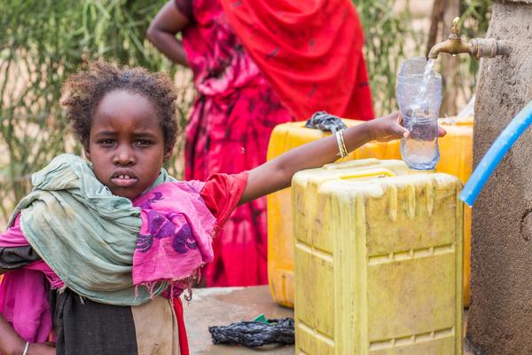 9-årige Hawa Debeso henter vand fra en vandforsyning, som UNICEF har bygget i Yebello, Etiopien.