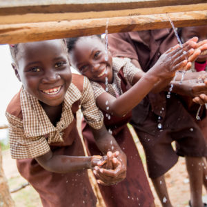 Elever vasker hænder ved en nybygget håndvask på en skole i Kuzungula-distriktet, Zambia i 2016.