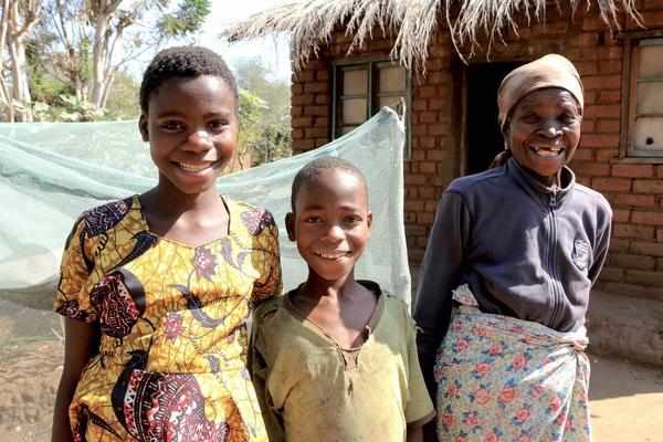 Meria har fået kontakt overførsler af UNICEF, så hun bedre bliver i stand til at tage sig af sine børnebørn, som hun er eneforsørger for.
