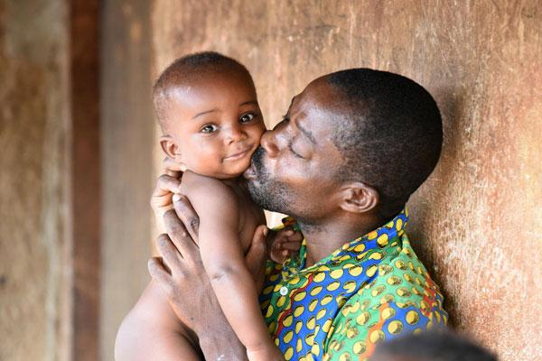 Koffi Morofie kysser sin 7 måneder gamle søn, Anaste.