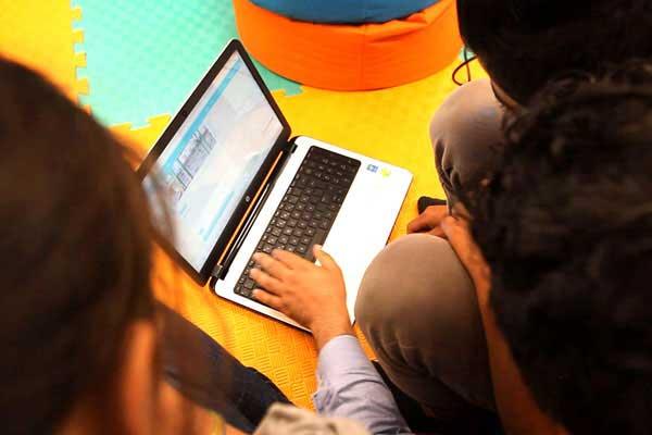 Unge flygtninge fra Syrien deltager i en workshop, hvor de lærer at researche, så de selv kan skrive artikler om emner, der berører deres liv.