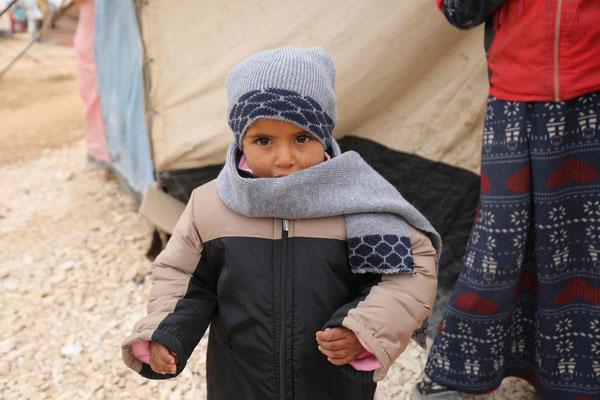4-årige Khalid, som er flygtning fra Syrien, har fået varmt vintertøj af UNICEF.