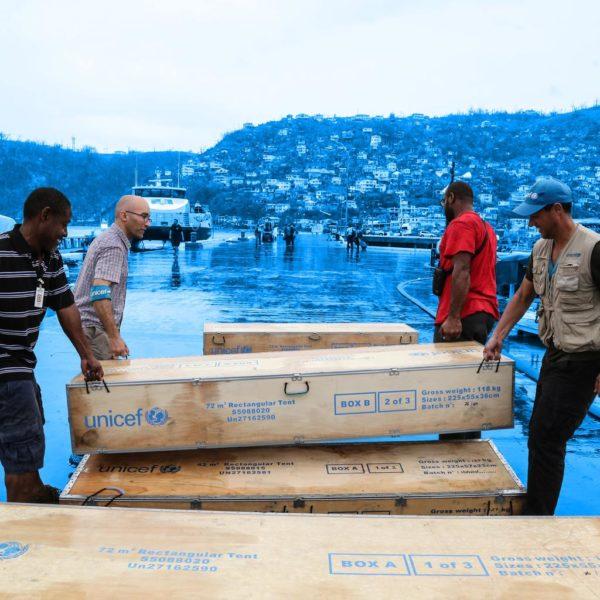 UNICEF medarbejdere leverer nødhjælpsforsyninger til børn ramt af orkan på den caribiske ø Dominica.