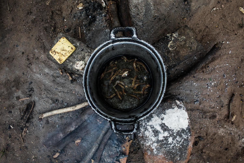 En gryde med morgenmad til otte mennesker i Mbuji Mayi, Kasaï regionen.