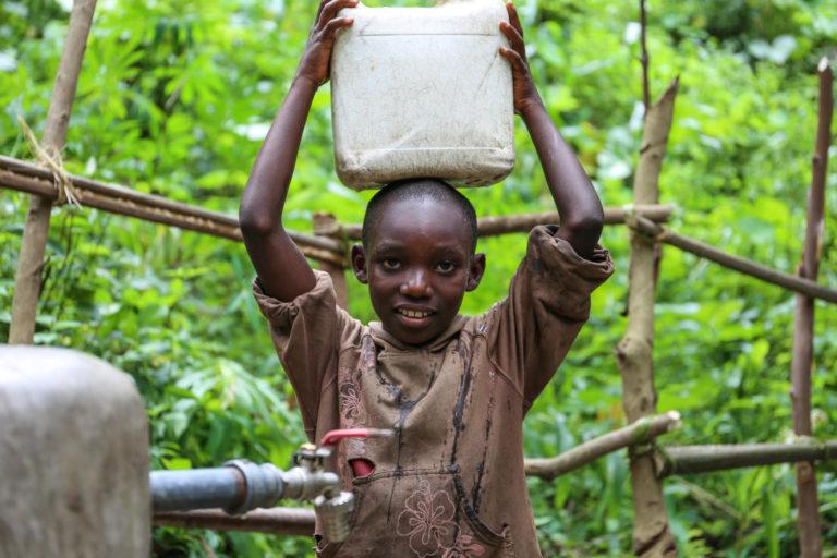 Pigen Nadia på 10 år henter rent drikkevand i Burundi