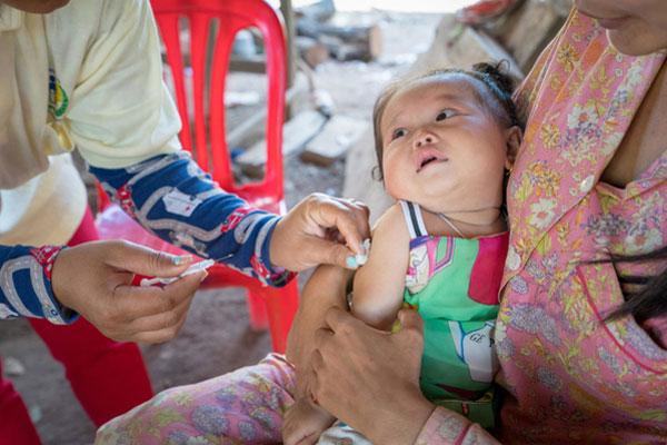 Lille Thea Sreyvi bliver vaccineret på Sambo sundhedscentret i Cambodja.