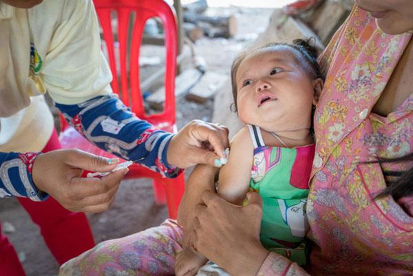 Thea Sreyv fra Koh Sam landsbyen i Cambodja får en beskyttende vaccine.