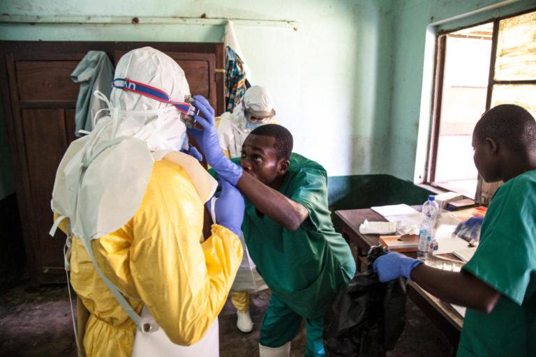 ebola behandles i DR Congo af en sundhedsmedarbejder fra unicef