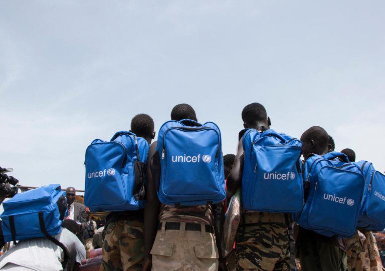 Børn med skoletasker på ryggen