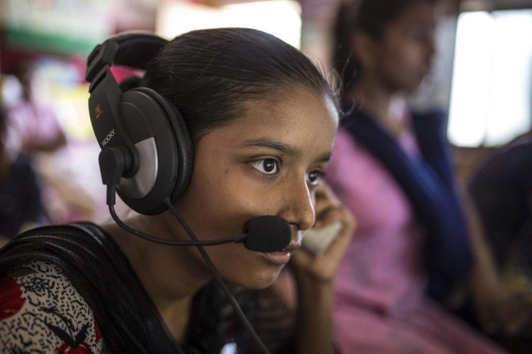 """Sandhya Sahu sidder ved sin computer på et ressourcecenter for børn i et Mumbais slumkvarterer. I hele sin opvækst i slumkvarteret Shivaji Nagar har hun set chikane på gaderne, tidlige ægteskaber, narkotikamisbrug og hustruvold. Hun føler meget stærkt for de emner, og nu arbejder hun for at komme den slags til livs. Hun er del af UNICEF Indiens projekt """"Sikre lokalsamfund til Mumbai"""", som har til formål at beskytte børnene i de allermest underprivilegerede områder af byen, og hun har hjulpet med at forsøge at kortlægge sikre og usikre områder i hendes nærområde.© UNICEF/UN0210155/Singh."""