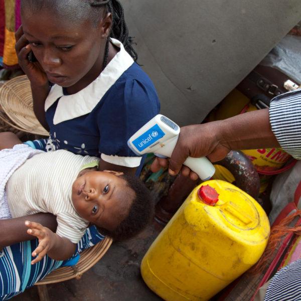ebola udbrud i DR Congo. Her undersøges en lille pige