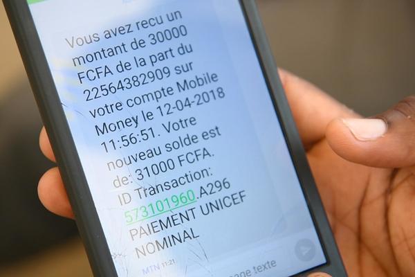 I Elfenbenskysten har UNICEF mobiliseret mere end 30.000 sundhedsmedarbejdere og frivillige til at gennemføre en massiv vaccinationsindsats, der beskytter 13 millioner børn mod mæslinger. UNICEF bruger et open source sms-system til at overføre medarbejdernes løn. Det forbedrer effektiviteten af indsatsen, og det skaber samtidig øget transparens og ansvarlighed, hvilket er med til at forebygge korruption.