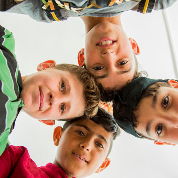 12-årige Abdul Qader hygger sig med sine venner i et UNICEF-støttet center, hvor flygtningebørn kan få undervisning og lege med andre i samme situation.