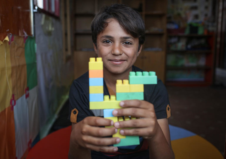 Palæstinensisk skole leger 14 årige Saleh med lego, her er han i sikkerhed for vold og overgreb
