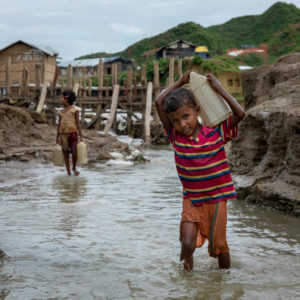 Rohingya drengen Bibi Achiya henter vand i floden, det gør han 2 gange om dagen
