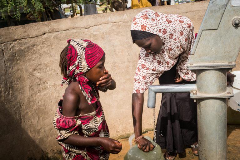 15-årige Khadija og hendes lillesøster henter vand i Daresalam-flygtningelejren i Chad