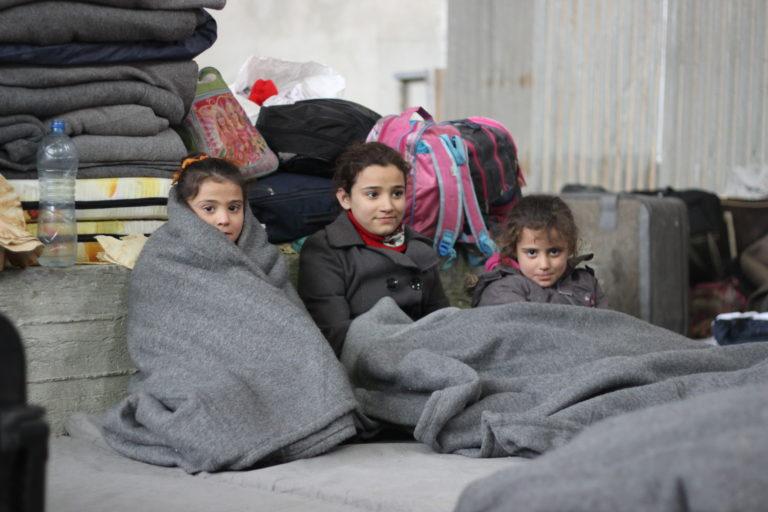 Flygtningebørn pakket ind i tæpper © UNICEF/2016/Al-Issa/Aleppo