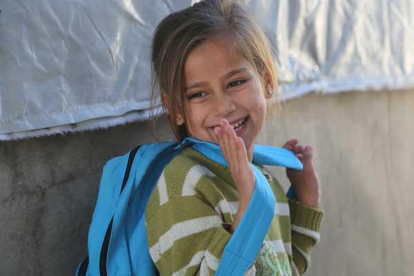 En pige, som er flygtet fra Syrien er på vej i skole i Tyrkiet, hvor hendes familie nu bor.