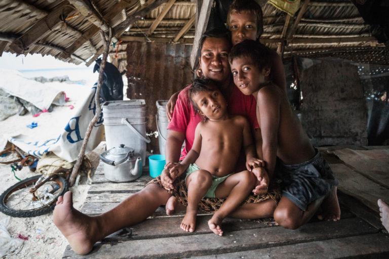 På grund af oversvømmelserne har indbyggerne i landsbyen bygget en beskyttende mur langs havet