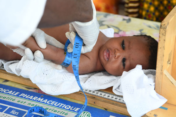 Sarata er til tjek på det lokale UNICEF-støttede sundhedscenter i Elfenbenskysten, hvor hun bor.