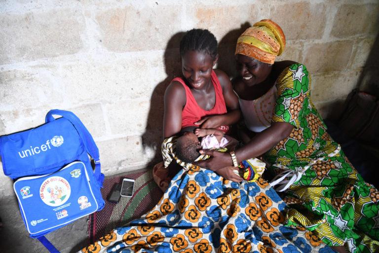 16 årige Lou Djele holder sin nyfødste