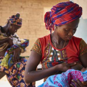 Tenneh Mansaray ammer sin 9 dage gamle søn Bambaya Village i Fiama Chiefdom, Kono Distræktet.