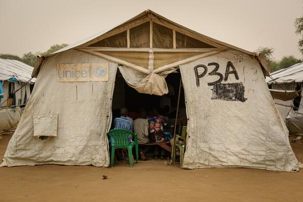 Internt fordrevne børn i Sydsudan har fået en midlertidig skole i et nødhjælpstelt fra UNICEF i en flygtningelejr i Bor.
