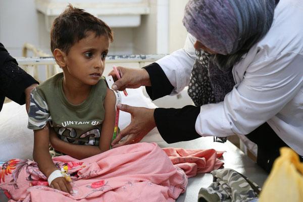 En dreng syg af kolera bliver undersøgt på Alsadaqah Hospital i Yemen.