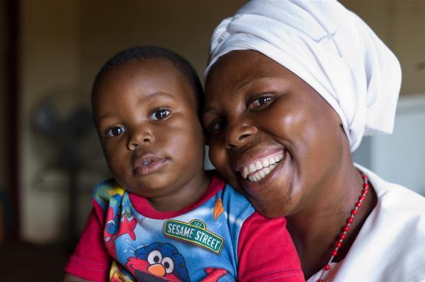 Lacksons mor er hiv-smittet og var bekymret for om hun havde givet virus videre til sin søn. Mor og barn har været i behandling før, under og efter fødslen og da Lackson var halvandet år blev han testet og resultatet viste, at han ikke var blevet smittet.
