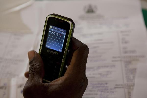 Nigeria var et af de første lande til at tage mobiltelefoner i brug for at sikre en effektiv fødselsregistrering af børnene. Mobiltelefonen sender data til central database.