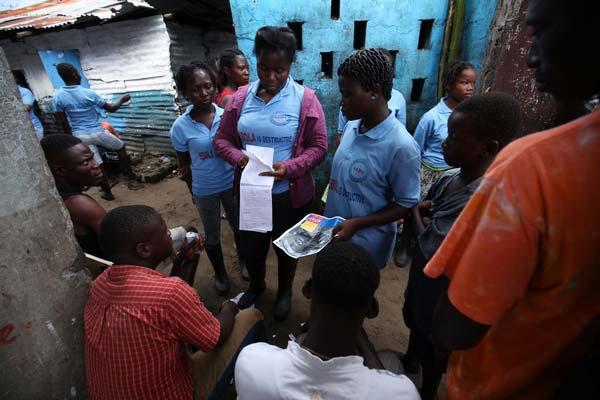 Unge frivillige informerer deres lokalsamfund i Liberia om, hvordan de kan beskytte sig mod at blive smittet med ebola.