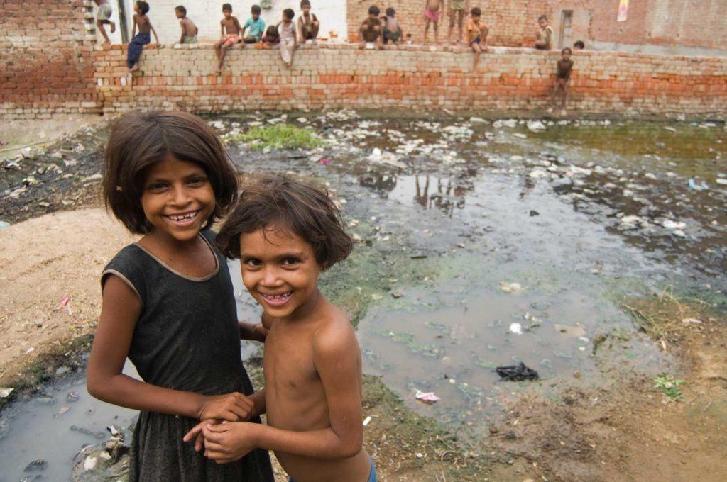 Fattige børn leger i et beskridt område i Bilal Nagar, Indien.