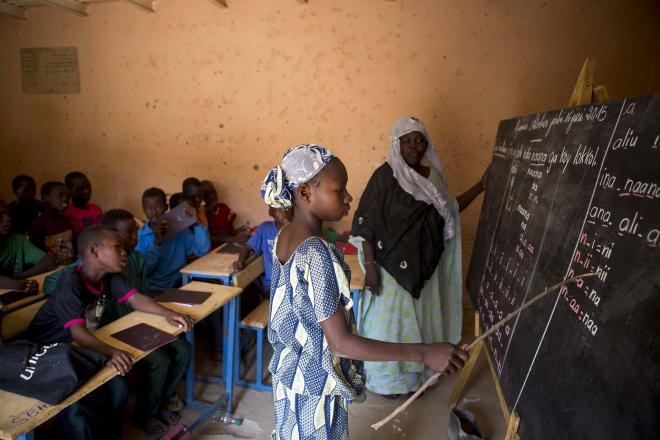 Efter mere end tre år uden mulighed for at gå i skole, kunne Adouala med UNICEFs hjælp endelig sætte sig på skolebænken igen.