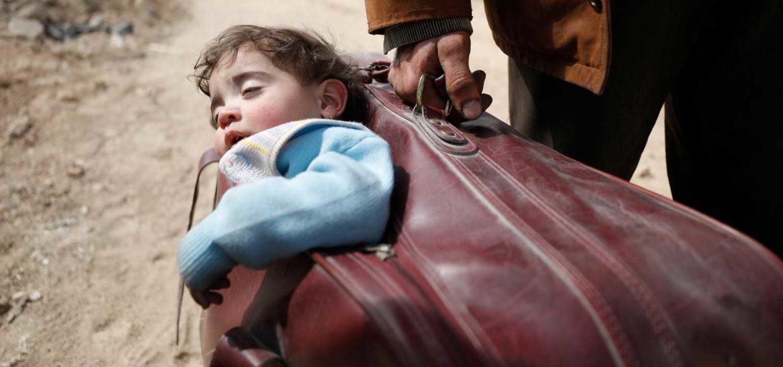 Syrien barn på flugt båret i kuffert
