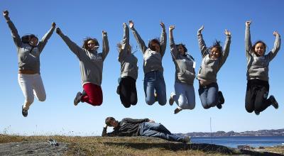 Grønlandske børn hopper med armene i vejret