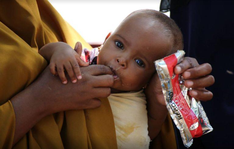 underernæret barn mades med plumpy nut som sult behandling