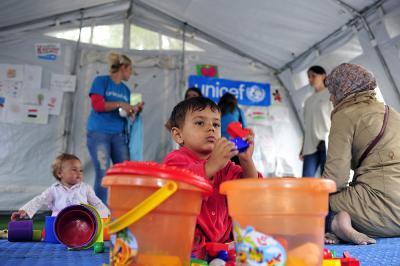 De syriske børn på flugt kan lege i sikre omgivelser.