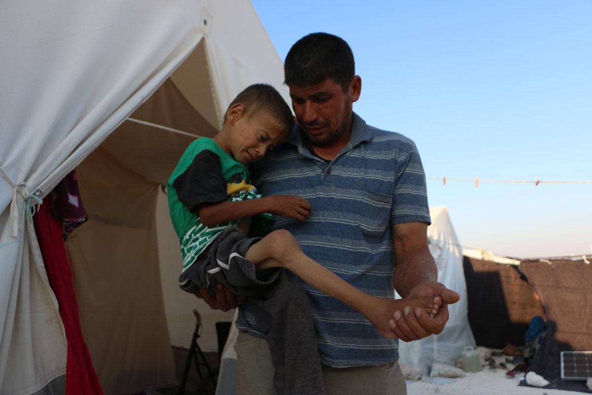 11-årige Yamen måtte flygte med sin familie fra Homs på grund af væbnede kampe. Nu lever de i en primitiv teltlejr udenfor Idlib, der nu er truet af angreb.