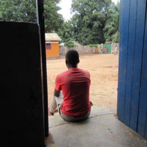 Tidligere børnesoldat sidder på et transitcenter i Sydsudan.